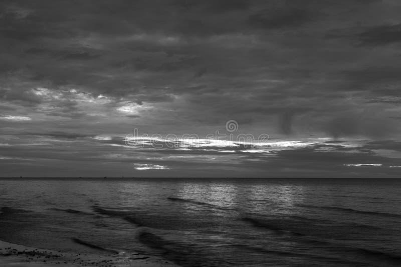 Słońce zaczynał wzrastać od morza w ranku tła blac zdjęcia royalty free