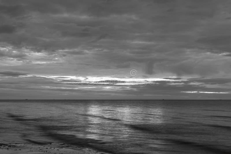 Słońce zaczynał wzrastać od morza w ranku tła blac obraz royalty free