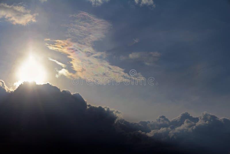 Słońce znika za ciemną chmurą w niebie zdjęcia royalty free