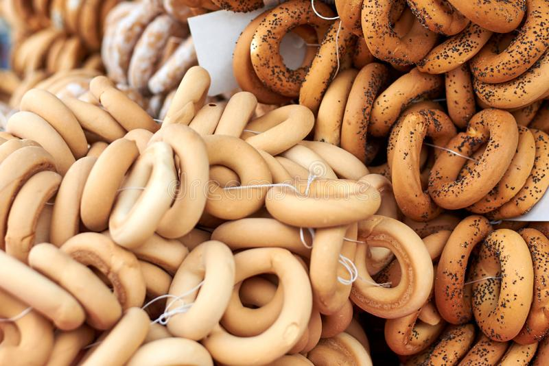 Słodcy bagels i pudrujący bagels na wprowadzać na rynek kontuar zdjęcia stock