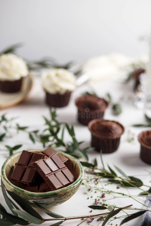 Słodcy ciasta, słodka bułeczka i babeczki na stole, obraz royalty free
