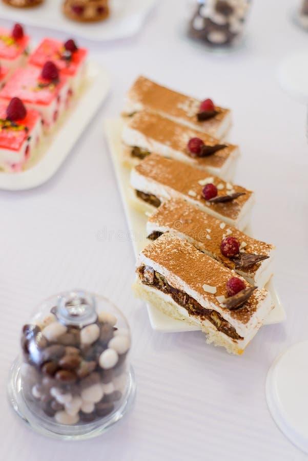 Słodcy deserów torty z jagodami i owoc słuzyć na bufecie zdjęcie royalty free