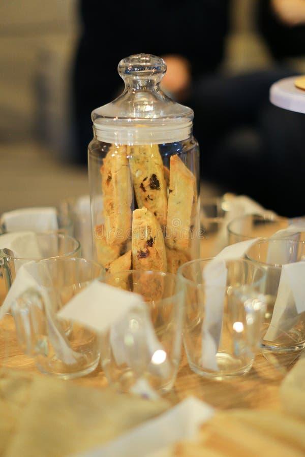 Słodcy domowej roboty torty i puste filiżanki z herbacianymi torbami zdjęcia stock