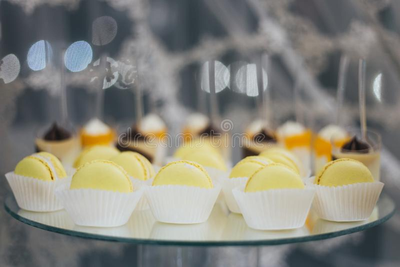 Słodcy kolorowi macarons odizolowywający na dekorującym stole zdjęcie stock