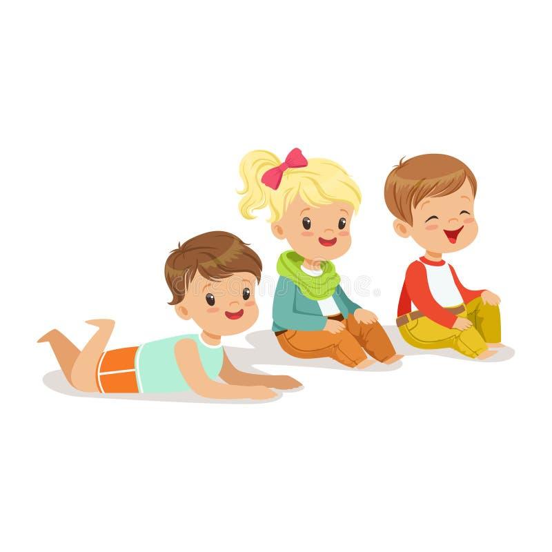 Słodcy małe dzieci siedzi i kłama na podłogowym, kolorowym charakterze, ilustracja wektor