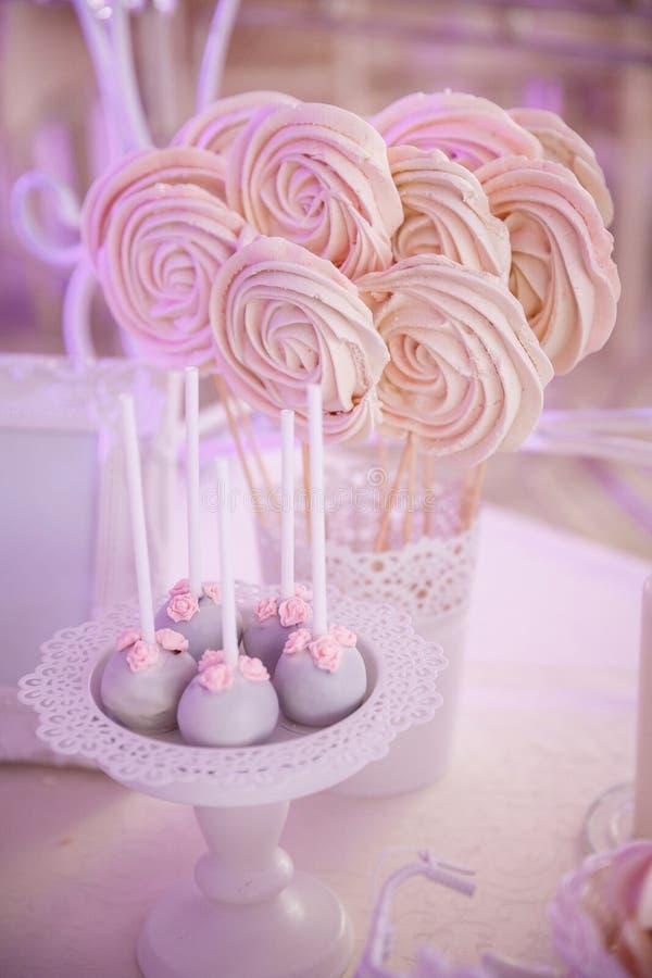 Słodcy marshmallows i pirodnye na kijach zdjęcia royalty free