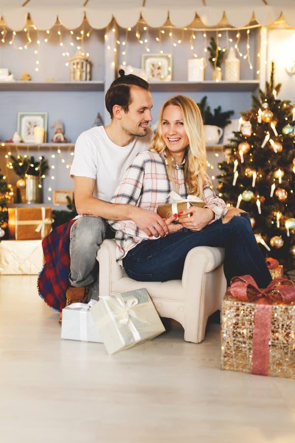 Słodcy pary otwarcia bożych narodzeń prezenty zdjęcie royalty free
