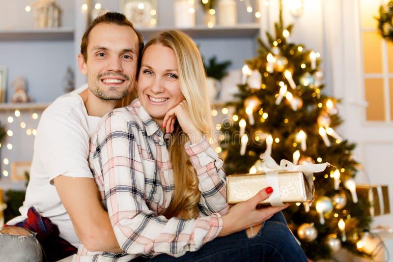 Słodcy pary otwarcia bożych narodzeń prezenty zdjęcia royalty free