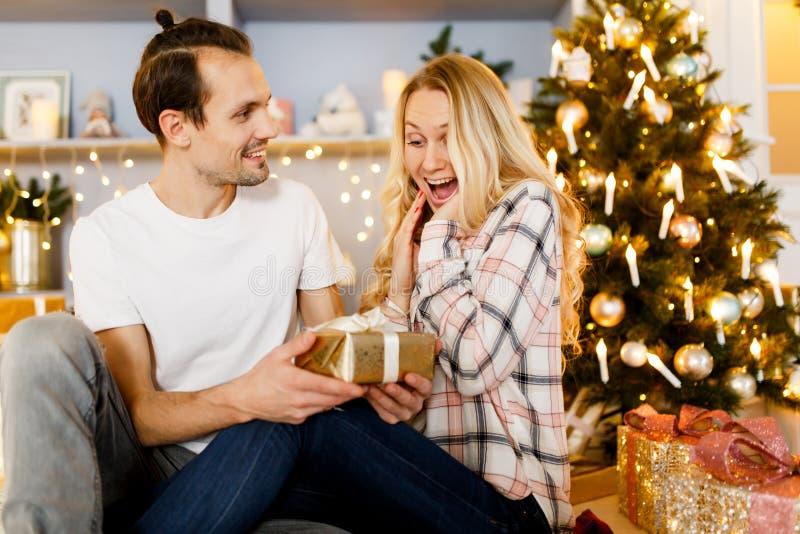Słodcy pary otwarcia bożych narodzeń prezenty fotografia stock