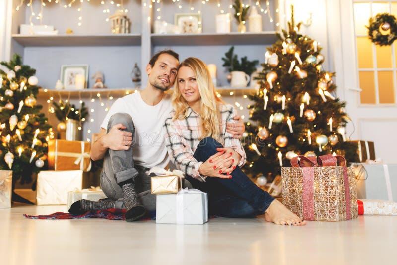 Słodcy pary otwarcia bożych narodzeń prezenty zdjęcia stock