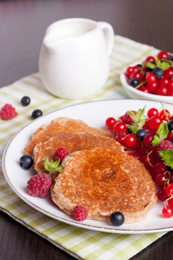 Słodcy serowi bliny z świeżymi jagodami i mlekiem fotografia royalty free