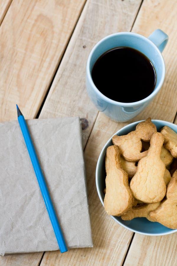 Download Słodcy Smakowici Ciastka W Błękitnym Talerzu, Filiżanka Czarna Kawa Obraz Stock - Obraz złożonej z espresso, kaloria: 53786875