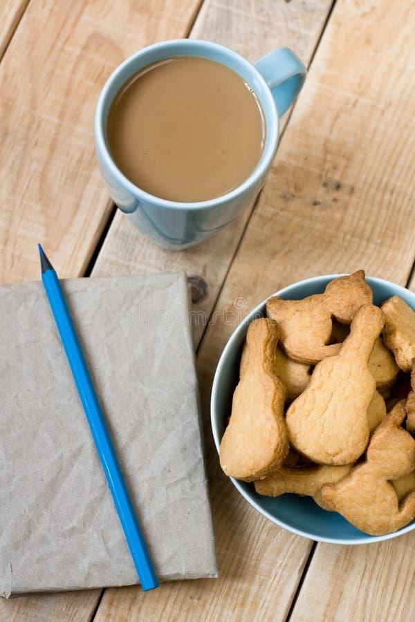 Download Słodcy Smakowici Ciastka W Błękitnym Talerzu, Filiżanka Kawy Z Mlekiem Zdjęcie Stock - Obraz złożonej z talerz, smakowity: 53786874
