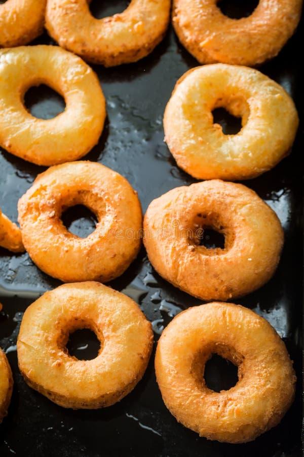 Słodcy złoci donuts świeżo piec obraz stock