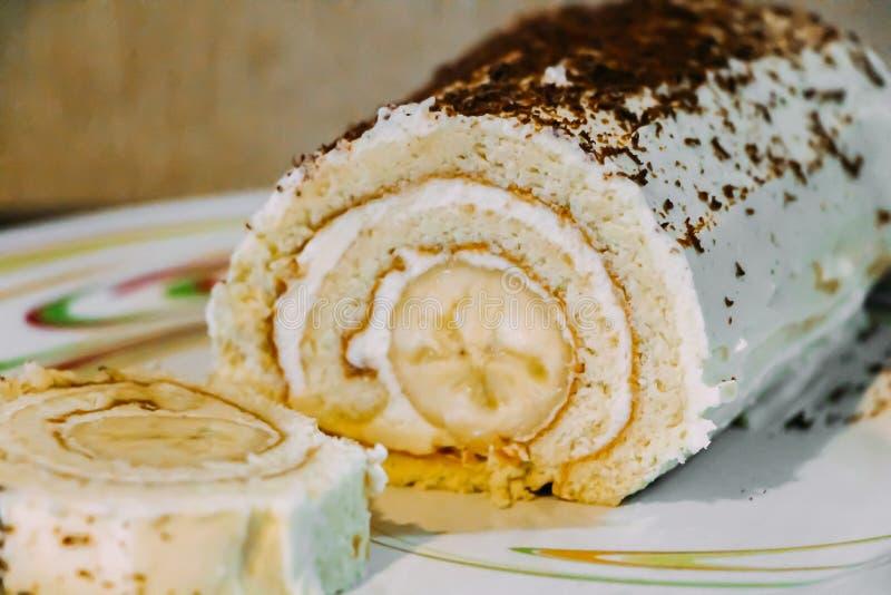 Słodka bananowa rolka z kremowymi i czekoladowymi układami scalonymi obraz stock