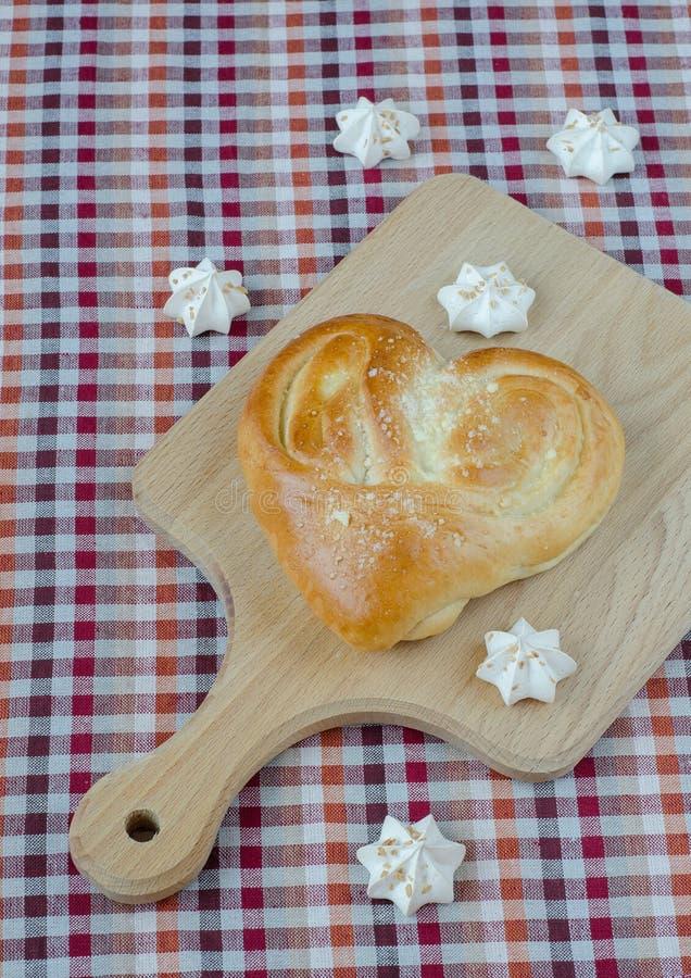 Słodka biała beza i chleb w postaci serca fotografia stock