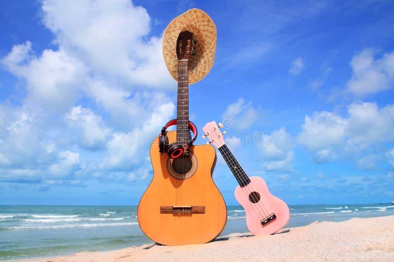Słodka brown gitara i menchia ukulele, kapelusz, hełmofony, futbol zdjęcia stock