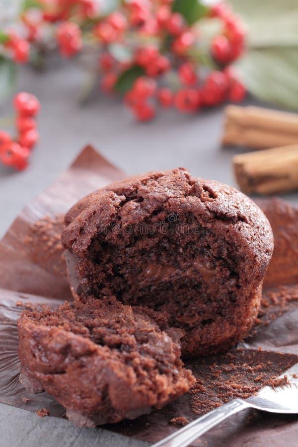 Słodka bułeczka wypełniający z czekoladą zdjęcia stock
