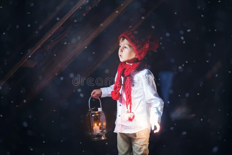 Słodka chłopiec, trzymający lampion, patrzeje lekkiego przybycie zdjęcia royalty free
