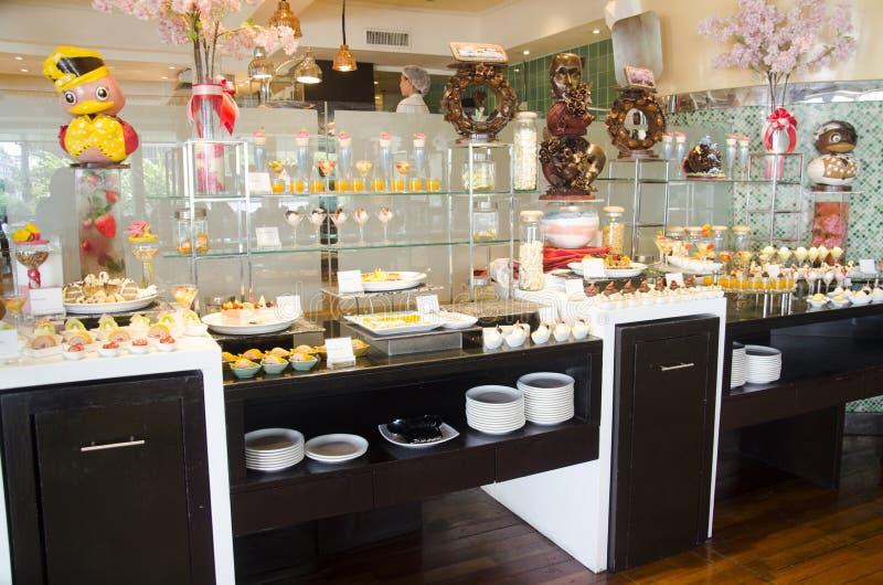 Słodka deserowa przekąski linia w karmowej bufet usługa dla ludzi je zdjęcia royalty free