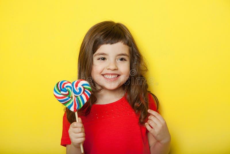 Słodka dziewczyna cieszy się lizaka fotografia royalty free