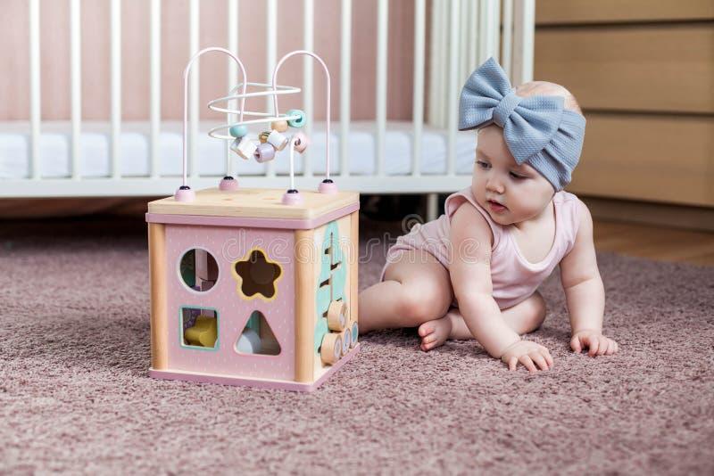 Słodka dziewczynka bawiąca się drewnianą zabawką zdjęcia stock