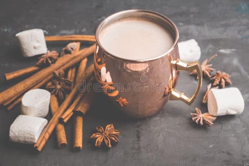 Słodka gorąca czekolada w miedzianym kubku Boże Narodzenie napój z pikantność i marshmallow fotografia royalty free