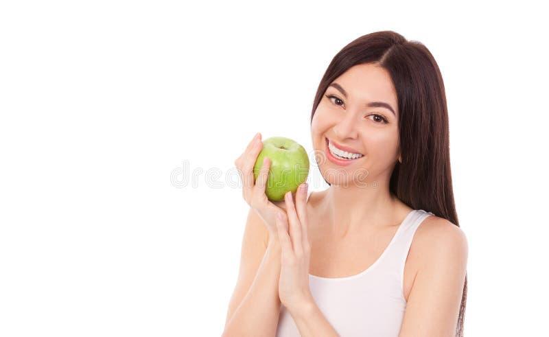 Słodka kobieta z pięknym uśmiechem na śniegu i zielonym jabłkiem Zdrowy tryb życia i odżywianie, dieta, utrata masy ciała, kosmet zdjęcia stock