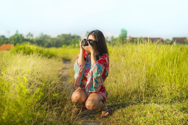 Słodka młoda Azjatycka chińczyka lub koreańczyka kobieta na jej 20s bierze obrazek z fotografii kamery ono uśmiecha się szczęśliw zdjęcia royalty free