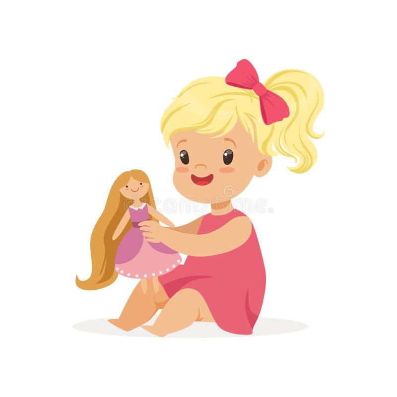 Słodka mała dziewczynka w różowej sukni bawić się z jej lalą, kolorowa charakteru wektoru ilustracja ilustracja wektor