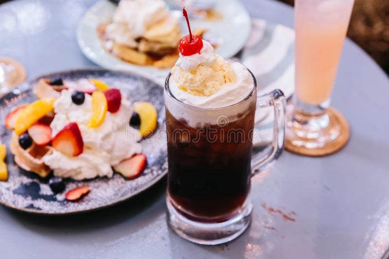 Słodka odświeżająca Czereśniowa koli polewa z miarką waniliowy lody i świeża wiśnia zdjęcia royalty free