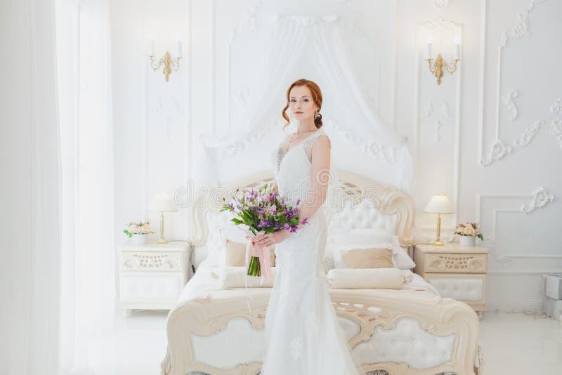 Słodka panna młoda z ślubnym bukietem obrazy royalty free