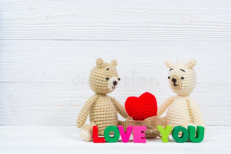 Słodka para misia lala w miłości z miłość tekstem i czerwoną dzianiną obraz royalty free