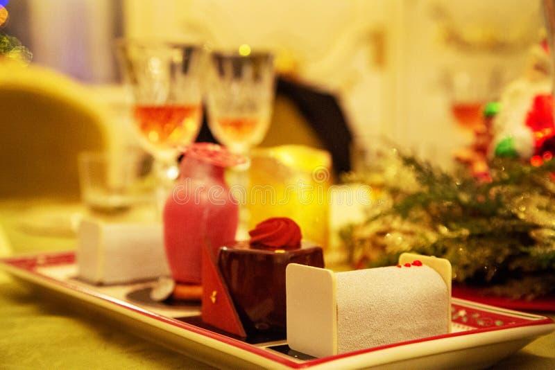 Słodka piękna deserowa babeczka kłaść na porcelana talerzu zdjęcie royalty free