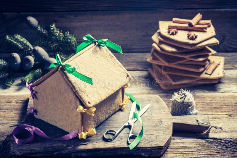 Słodka piernikowa chałupa jako Bożenarodzeniowy prezent na drewnianym stole obraz stock