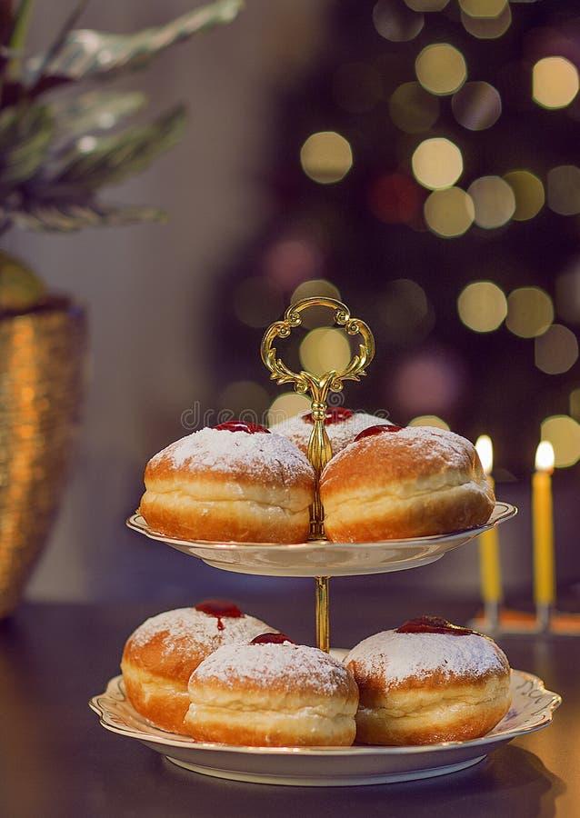 Słodka przerwa z Hanukkah pączkami fotografia stock