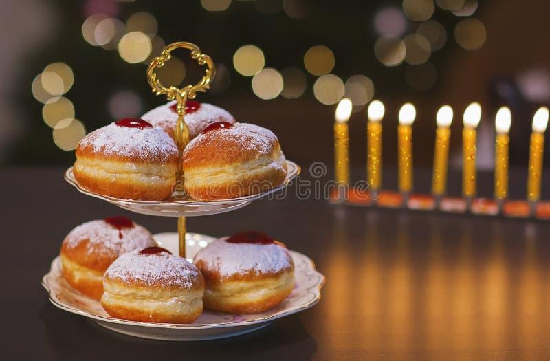 Słodka przerwa z Hanukkah pączkami fotografia royalty free