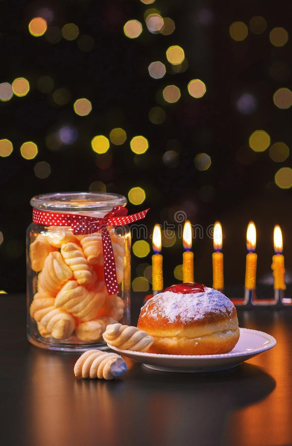 Słodka przerwa z Hanukkah pączkami obrazy royalty free