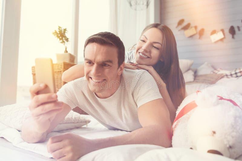 Słodka szczęśliwa para bierze selfie wpólnie fotografia stock