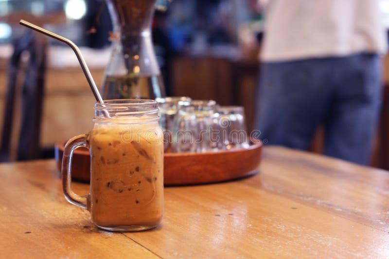 Słodka Tajlandzka lukrowa herbata w krystalicznym szkle z stali nierdzewnej słomą dla napoju obrazy stock