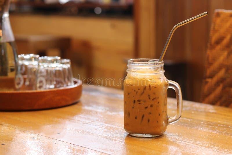 Słodka Tajlandzka lukrowa herbata w krystalicznym szkle z stali nierdzewnej słomą dla napoju obrazy royalty free