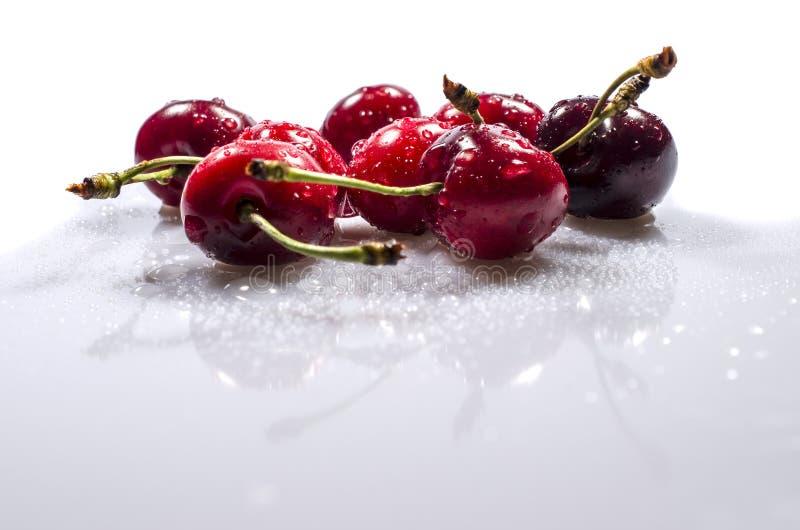 Słodka wiśnia jest pod kropla deszczem obrazy stock