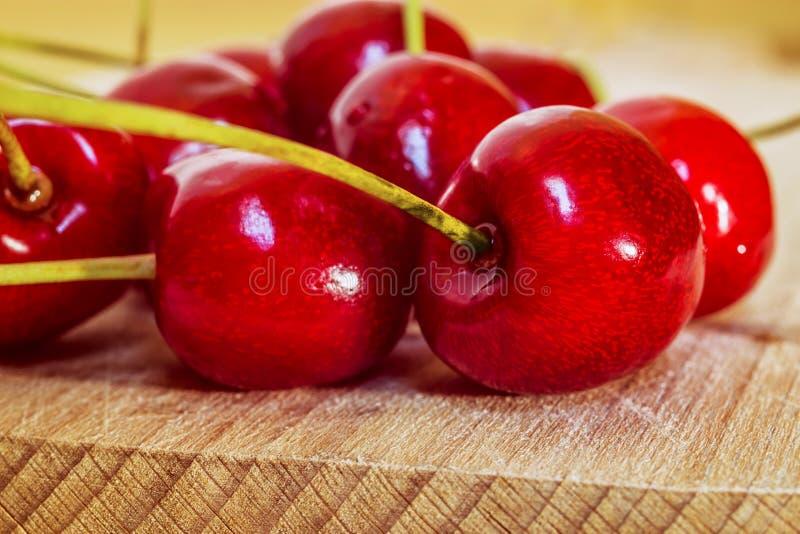 Słodka wiśnia na drewnianej powierzchni zdjęcia stock