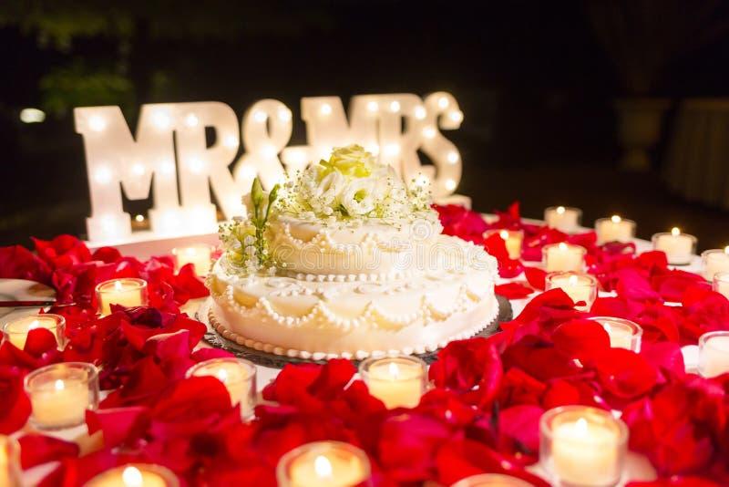 Słodki ślubny tort plenerowy zdjęcia royalty free