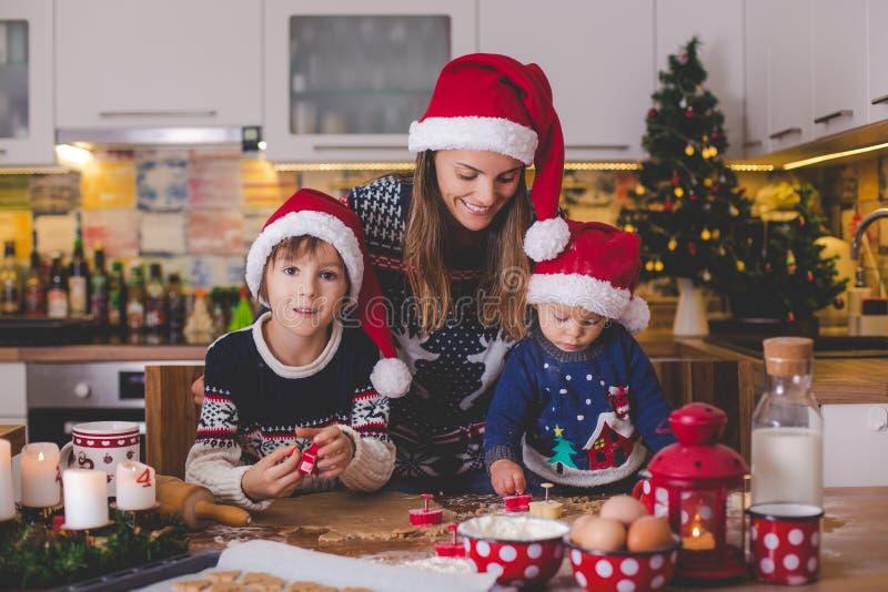 Słodki berbecia dziecko i jego stary brat, chłopiec, pomaga mamusia p fotografia stock