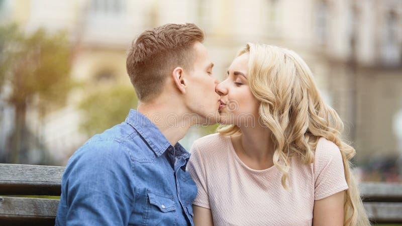 Słodki buziak piękni potomstwa dobiera się w miłości, szczęśliwi ludzie cieszy się romans obrazy royalty free