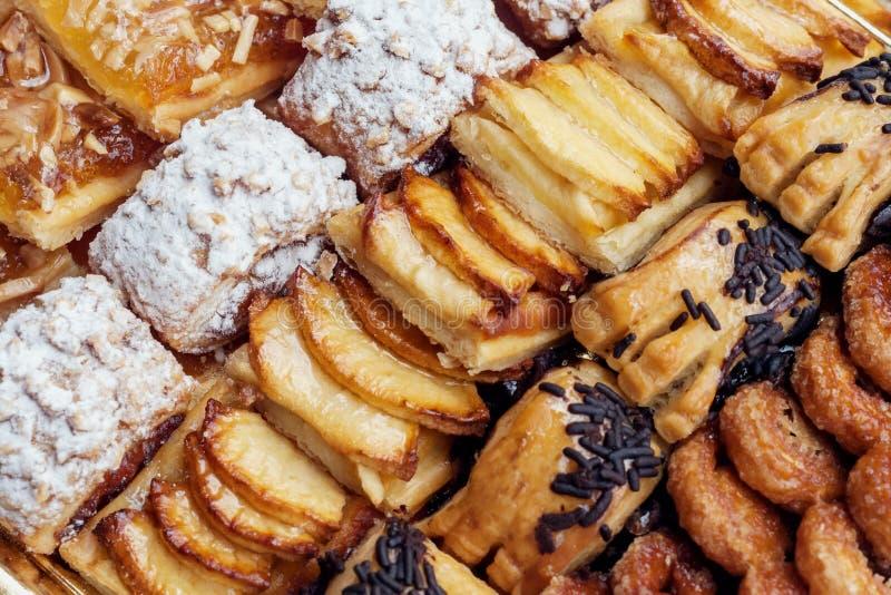 Słodki ciasto, ptysiowy ciasto z sproszkowanym cukierem z sosnowymi dokrętkami z dżemem robić od Siam bani, zdjęcia royalty free