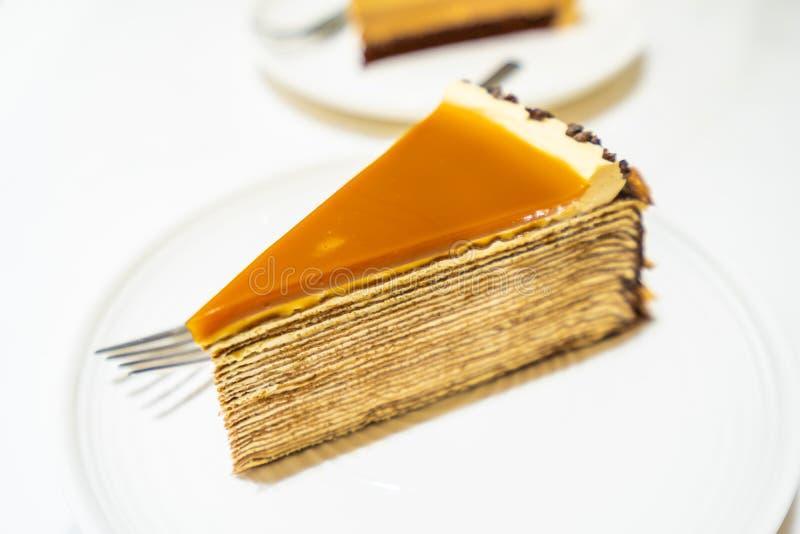 Słodki deser z karmel krepy tortem fotografia royalty free