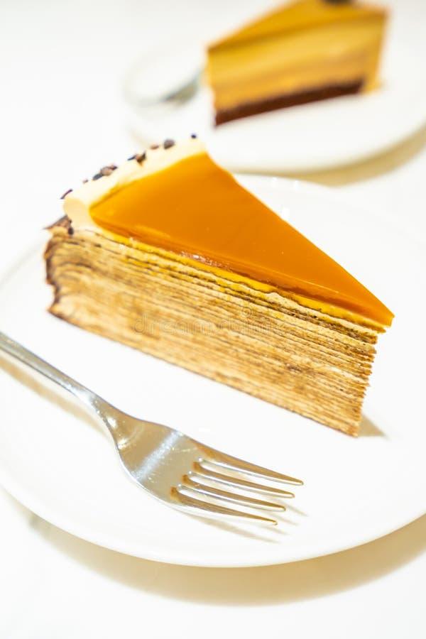Słodki deser z karmel krepy tortem obraz stock