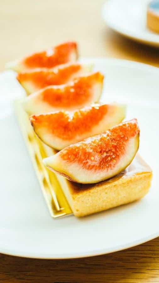 Słodki deser z tarta i figa na wierzchołku zdjęcie royalty free
